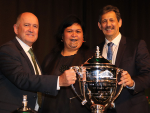 Special horticultural Ahuwhenua trophy with Barry O'Neill, President of Horticulture NZ, Hon Nanaia Mahuta and Kingi Smiler, Chairman of the Ahuwhenua Trophy Management committee