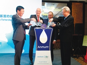 From left: Wang Zhentai (Beingmate Chairman), Fonterra CEO Theo Spierings, PM John Key and Song Kungang (chairman of China Dairy Industry Association) at the celebrations.